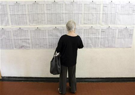 A woman checks a list of places to vote in Sao Paulo October 5, 2008. REUTERS/Rodrigo Paiva