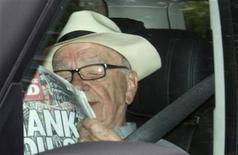 <p>El director ejecutivo de News Corporation, Rupert Murdoch, llega a la sede de News International en Londres. jul 10 2011. El barón de los medios Rupert Murdoch arribó a Londres el domingo para afrontar el escándalo de escuchas telefónicas en uno de sus periódicos, el cual ha remecido a la política británica y podría costarle un acuerdo comercial por miles de millones de dólares. REUTERS/Olivia Harris</p>
