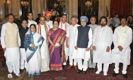 Newly inducted cabinet members pose for pictures with Prime Minister Manmohan Singh and President Pratibha Patil after the swearing-in ceremony of the reshuffled cabinet at the presidential palace in New Delhi July 12, 2011. REUTERS/B Mathur