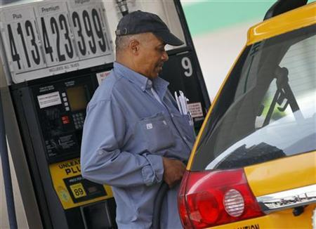 A taxicab driver fills his tank at a gas station in mid-town Manhattan, April 11, 2011. REUTERS/Brendan McDermid