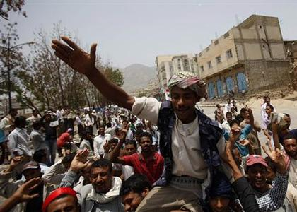 Anti-government protesters march to demand the ouster of Yemen's President Ali Abdullah Saleh in the southern city of Taiz July 16, 2011. REUTERS/Khaled Abdullah