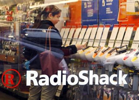 A shopper looks over the mobile phones displayed at a Radio Shack store in Cambridge, Massachusetts April 28, 2008. REUTERS/Brian Snyder