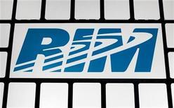 <p>Foto de archivo del logo de RIM en su casa matriz de Waterloo en Canadá, nov 16 2009. Research In Motion presentó el miércoles dos versiones más poderosas de su BlackBerry Torch de pantalla táctil, para tratar de ganar participación de mercado a Apple y Google hasta que pueda introducir un paquete de software radicalmente nuevo en sus teléfonos inteligentes. REUTERS/Mark Blinch</p>