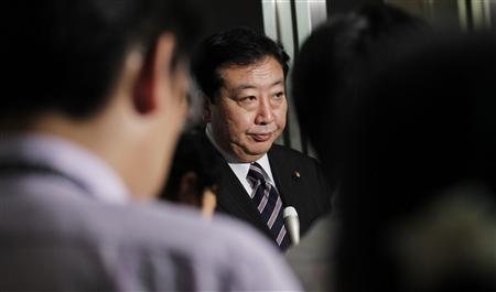 Finance Minister Yoshihiko Noda is surrounded by reporters in Tokyo August 4, 2011. REUTERS/Kim Kyung-Hoon