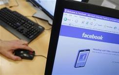 """<p>Foto de archivo del sitio web Facebook visto desde un ordenador en Bruselas, abr 21 2010. Sanford Wallace, conocido como el """"rey del spam"""", se entregó a las autoridades de Estados Unidos tras ser acusado de idear un mecanismo que bombardeó a usuarios de Facebook con más de 27 millones de mensajes basura. REUTERS/Thierry Roge</p>"""