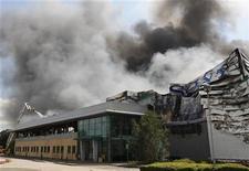 <p>Una columna de humo envuelve la bodega del Sony Centre de Enfield, Inglaterra, ago 9 2011. Sony dijo el martes que las entregas de CDs y DVDs en Gran Bretaña podrían verse afectadas debido a que un incendio afectó al único lugar para almacenar sus productos en el país. REUTERS/Chris Helgren</p>