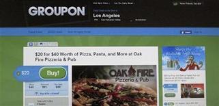 <p>Foto de archivo de un cupón del sitio web Groupon visto en un ordenador de Los Angeles, nov 29 2010. Las pérdidas de Groupon más que se duplicaron en el segundo trimestre debido a la contratación de más de 1.000 nuevos empleados, pese a que la compañía de descuentos diarios por internet redujo fuertemente sus costos de comercialización. REUTERS/Fred Prouser</p>