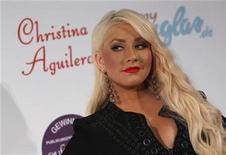 <p>Foto de archivo de la cantante Christina Aguilera durante el lanzamiento de su nueva colección de perfumes en Munich, jul 13 2011. Christina Aguilera, Cee Lo Green y la leyenda del sello Motown Smokey Robinson se presentarán en octubre en un concierto tributo a Michael Jackson en Gran Bretaña, informó el jueves la organización. REUTERS/Michaela Rehle</p>