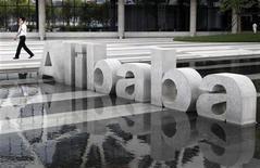 <p>Foto de archivo de la casa matriz de la firma Alibaba en Hangzhou, China, ago 11 2011. Alibaba.com, la mayor firma de comercio electrónico de China, superó las previsiones del mercado con un incremento del 29 por ciento en sus ganancias, pero advirtió de que el adverso panorama económico mundial podría afectar a su segundo semestre. REUTERS/Steven Shi</p>