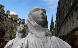 "<p>Performers from ""The Gift of the Gorgon"" walk along the Royal Mile to promote their show during the Edinburgh Fringe Festival, Scotland August 25, 2010. REUTERS/David Moir</p>"