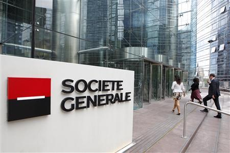 People enter the headquarters of French bank Societe Generale, the country's second largest bank, at La Defense, west of Paris, August 11, 2011. REUTERS/John Schults