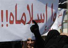 <p>لبنانيات ينتمين للجماعة الاسلامية السنية يرفعن لافتات ويرددن هتافات ضد الرئيس السوري بشار الاسد يوم الجمعة - رويترز</p>
