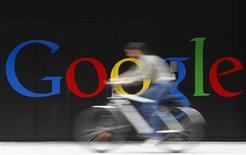 <p>Google va acquérir Motorola Mobility Holdings pour 12,5 milliards de dollars. /Photo d'archives/REUTERS/Christian Hartmann</p>