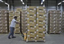 <p>Dell a publié mardi un chiffre d'affaires trimestriel légèrement inférieur aux attentes et prévoit une stagnation de ses ventes pour le trimestre en cours. Les ventes du groupe ont atteint 15,7 milliards de dollars au deuxième trimestre de son exercice clos en juillet alors que les analystes prévoyaient en moyenne un chiffre d'affaires de 15,76 milliards de dollars, selon le consensus Thomson Reuters I/B/E/S. /Photo d'archives/REUTERS/Babu</p>