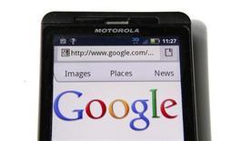 <p>Un actionnaire de Motorola Mobility a décidé de poursuivre en justice le groupe et ses dirigeants, ainsi que Google, estimant que le prix de rachat offert par le second pour racheter le premier est insuffisant. /Photo prise le 15 août 2011/REUTERS/Kevin Lamarque</p>