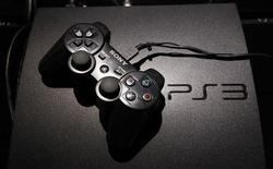 <p>Sony a annoncé une baisse de près de 20% du prix de vente de sa console de jeu PlayStation 3 (PS3), une initiative qui pourrait bénéficier à tout le secteur en vue des fêtes de fin d'année. Le prix de base recommandé pour la version 160 Go de la PS3 passe de 299 à 249 euros en Europe. /Photo prise le 17 août 2011/REUTERS/Kim Kyung-Hoon</p>