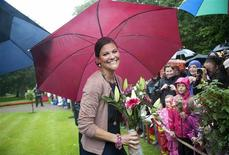 <p>File photo of Swedish Crown Princess Victoria meeting well wishers gathered outside the palace gates on the occasion of her 34th birthday, at Solliden July 14, 2011. REUTERS/Maja Suslin/Scanpix/Files</p>