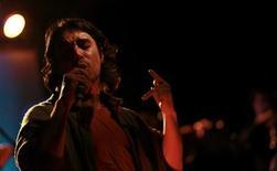 <p>Foto de archivo del cantante de tango Julián Bruno de la orquesta Ciudad Baigón durante un show en Buenos Aires, ago 5 2011. Osvaldo Pugliese, uno de los compositores más famosos de Argentina, solía decir que el tango empieza a tener sentido cuando uno tiene alrededor de 30 años. REUTERS/Marcos Brindicci</p>