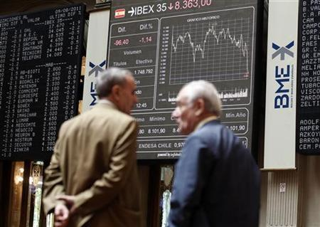 Traders stand in front of screens at the bourse in Madrid August 9, 2011. REUTERS/Andrea Comas