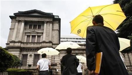 People walk towards the Bank of Japan building in Tokyo August 4, 2011. REUTERS/Yuriko Nakao