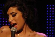 <p>Foto de archivo de la fallecida cantante Amy Winehouse durante una presentación en los premios Mercury Music en Londres, sep 4 2007. El padre de la fallecida cantante Amy Winehouse, Mitch, ha dicho que sus planes de crear una fundación benéfica con el nombre de su hija se han visto frustrados por un cíberokupa que ha robado el nombre que tenían previsto poner a la organización en internet. REUTERS/Kieran Doherty</p>