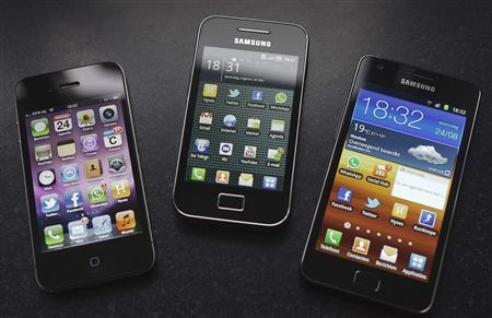 A Samsung S II (R) and Samsung Ace (C) smartphones are seen next to an Apple iPhone 4 in Houten in this August 24, 2011 photo illustration. REUTERS/Michael Kooren