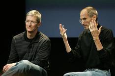 <p>Steve Jobs (à droite), emblématique patron d'Apple, a démissionné de son poste de directeur général. En congé maladie depuis janvier, le fondateur du groupe à la pomme a été désigné président du conseil d'administration d'Apple et Tim Cook (à gauche) le remplace au poste de directeur général. /Photo d'archives/REUTERS/Kimberly White</p>