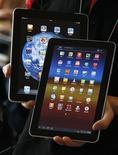 <p>La Galaxy Tab de Samsung (au premier plan) et l'iPad d'Apple. Un tribunal allemand a validé le référé de la firme à la pomme contre le groupe coréen, interdisant à ce dernier de vendre des tablettes Galaxy en Allemagne pour cause de trop grande similitude avec les iPad produits par le groupe américain. /Photo prise le 10 août 2011/REUTERS/Jo Yong-Hak</p>