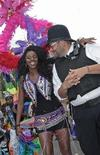 <p>Asistentes al carnaval en el centro de Londres. ago 28 2011. Las personas saldrán a celebrar a las calles de Londres el domingo en una de las mayores fiestas callejeras de Europa, con una cantidad récord de policías para asegurarse que no se repitan los disturbios que golpearon a la capital británica hace tres semanas. REUTERS/Luke MacGregor</p>