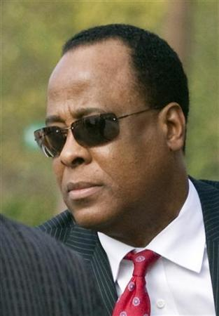 Dr. Conrad Murray arrives at the Armstrong Medical Clinic in Houston November 23, 2009. REUTERS/Richard Carson