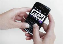 <p>A person poses while using a Blackberry Bold 2 smartphone made by Research in Motion (RIM), July 13, 2010. REUTERS/Mark Blinch</p>