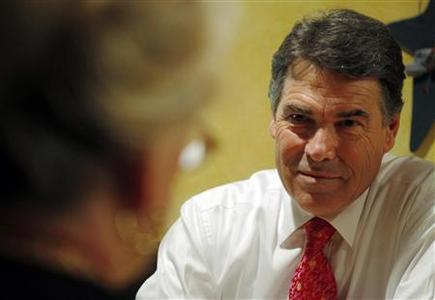 Republican presidential candidate Texas Governor Rick Perry talks to local Republican activists during lunch at Harvey's Bakery and Coffee Shop in Dover, New Hampshire, August 18, 2011. REUTERS/Brian Snyder