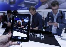 <p>Après avoir présenté la Galaxy Tab 7.7 au salon IFA de l'électronique de Berlin (photo), Samsung a cessé de faire la promotion de ce nouveau modèle de tablette en raison d'une décision de la justice allemande. Vendredi, à l'ouverture de ce salon, un tribunal de Düsseldorf a interdit au groupe coréen de commercialiser cet appareil en Allemagne. /Photo prise le 1er septembre 2011/REUTERS/Thomas Peter</p>