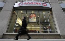 <p>A woman walks by a Rogers Plus store in Toronto February 16, 2011. REUTERS/Mark Blinch</p>