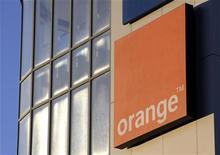 <p>Avec sa marque low cost dénommée Sosh et destinée à contrer Free Mobile, Orange vise un demi-million de clients à la fin 2012. /Photo d'archives/ REUTERS/Denis Balibouse</p>