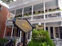 <p>Husk is shown in Charleston, South Carolina September 1, 2011. REUTERS/Harriet McLeod</p>