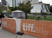 <p>Un grupo de trabajadores prepara l a zona de recepción en el Festival de Cine de Toronto, sep 7 2011. Tras una primera mitad de año fuerte en películas independientes, el Festival de Cine de Toronto arrancará el jueves con expectativas de una generosa cantidad de acuerdos comerciales, poderosas estrellas de Hollywood y aspirantes a los Oscar. REUTERS/Mike Cassese</p>