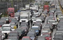 <p>Traffic moves during rains in Mexico City February 4, 2010. REUTERS/Daniel Aguilar</p>