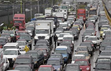 Traffic moves during rains in Mexico City February 4, 2010. REUTERS/Daniel Aguilar