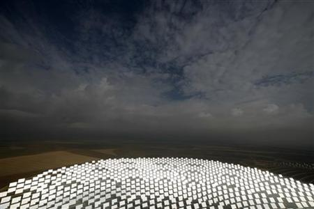 A general view shows the PS20 solar plant in Sanlucar La Mayor, near Seville, October 7, 2009. REUTERS/Marcelo del Pozo