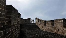 <p>Imagen de archivo del paso Moshikou de la Gran Muralla en Huairou, China, mayo 7 2011. Para la gente que haya subido a un monumento o admirado un paisaje -la Gran Muralla china o el Gran Cañón en Estados Unidos, por ejemplo- y se haya preguntado qué aspecto tenía hace 100 años o más, ahora existe una aplicación. REUTERS/Jason Lee</p>