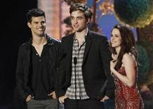"<p>Taylor Lautner (L), Robert Pattinson and Kristen Stewart introduce a clip from ""The Twilight Saga: Breaking Dawn"" at the 2011 MTV Movie Awards in Los Angeles, June 5, 2011. REUTERS/Mario Anzuoni</p>"