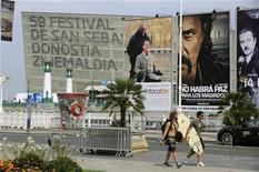 <p>Un grupo de personas pasan frente a una serie de anuncios de la 59 edición del Festival Internacional de Cine de San Sebastián, sep 15 2011. La 59 edición del Festival Internacional de Cine de San Sebastián, que comenzará el viernes, apuesta este año por el cine español. REUTERS/Vincent West</p>