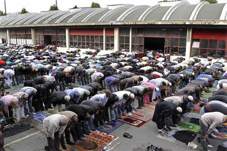 Muslims overflow outside into the courtyard for Friday prayers at a former fire brigade in Paris September 16, 2011. REUTERS-Charles Platiau