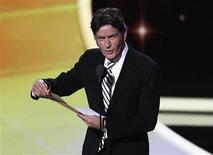 """<p>El actor Charlie Sheen durante la presentación del premio al Mejor Actor de Comedia durante la entrega de los Emmy en Los Angeles, sep 18 2011. Charlie Sheen y Warner Bros están cerca de llegar a un acuerdo en el pleito judicial de 100 millones de dólares del actor contra el estudio por su despido de """"Two and a Half Men"""", dijo el lunes una fuente cercana al tema. REUTERS/Mario Anzuoni</p>"""