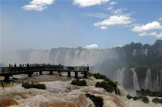 <p>Foto de archivo de las cataratas del Iguazú en la frontera entre Brasil y Argentina, dic 15 2010. Las grandes cadenas hoteleras mantendrán sus planes de expansión en América Latina, pese a los temores de una desaceleración de la economía mundial, apoyadas en la demanda de viajeros de negocios y en las buenas perspectivas para la región, dijeron expertos del sector. REUTERS/Enrique Marcarian</p>