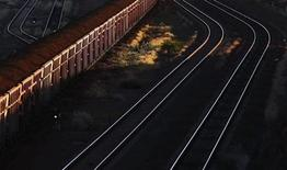 <p>A train loaded with iron ore travels towards the Rio Tinto Parker Point iron ore facility in Dampier at the Pilbarra region in Western Australia April 20, 2011. REUTERS/Daniel Munoz</p>