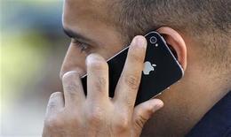 <p>Imagen de archivo de un hombre hablando por un teléfono iPhone en Santa Monica, EEUU, ago 24 2011. Comunicarse con los residentes de un país extranjero puede plantear dificultades, ya sea a la hora de preguntar una dirección o pedir algo especial en un restaurante. REUTERS/Mario Anzuoni</p>