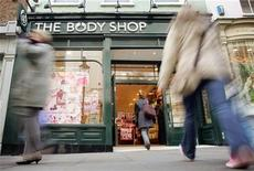 <p>Shoppers walk into a Body Shop store in Covent Garden, central London in this March 17, 2006 file photo. REUTERS/Stephen Hird</p>