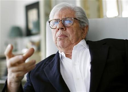 Carl Bernstein gestures during an interview in his apartment in New York June 1, 2007. REUTERS/Shannon Stapleton